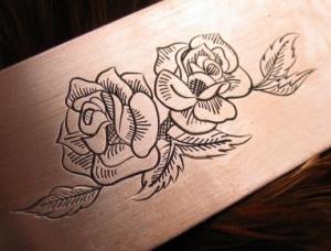 Handgraviertes Rosenemblem